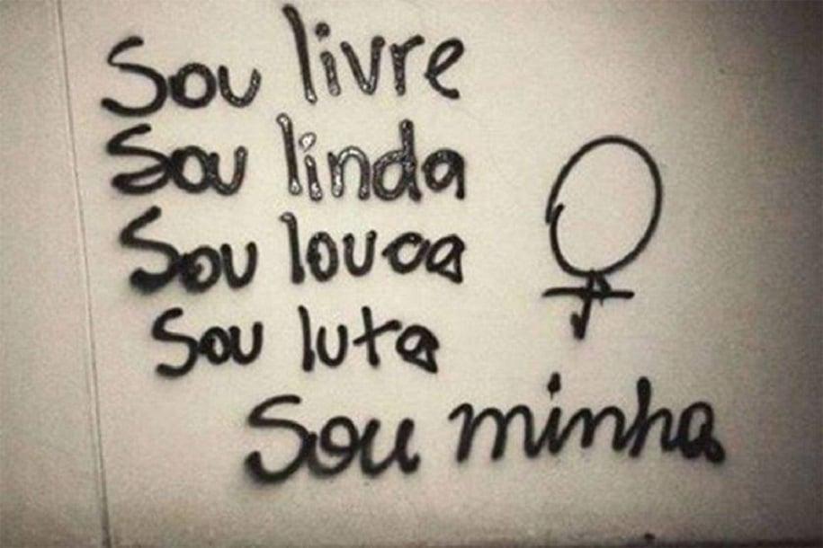 frase em escrito preto, na parede branca, com dizeres de empoderamento feminino