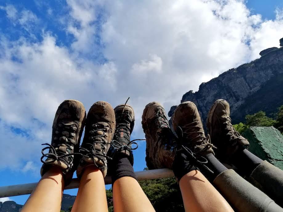 Botas enlameadas pelo Trekking no Vale do Pati