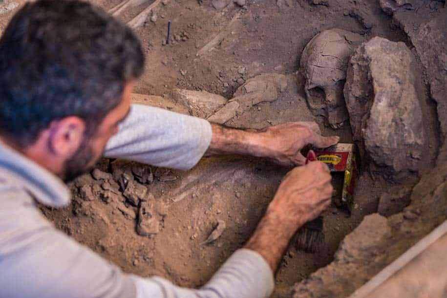 arqueólogo escava crânio na Lapa do Santo