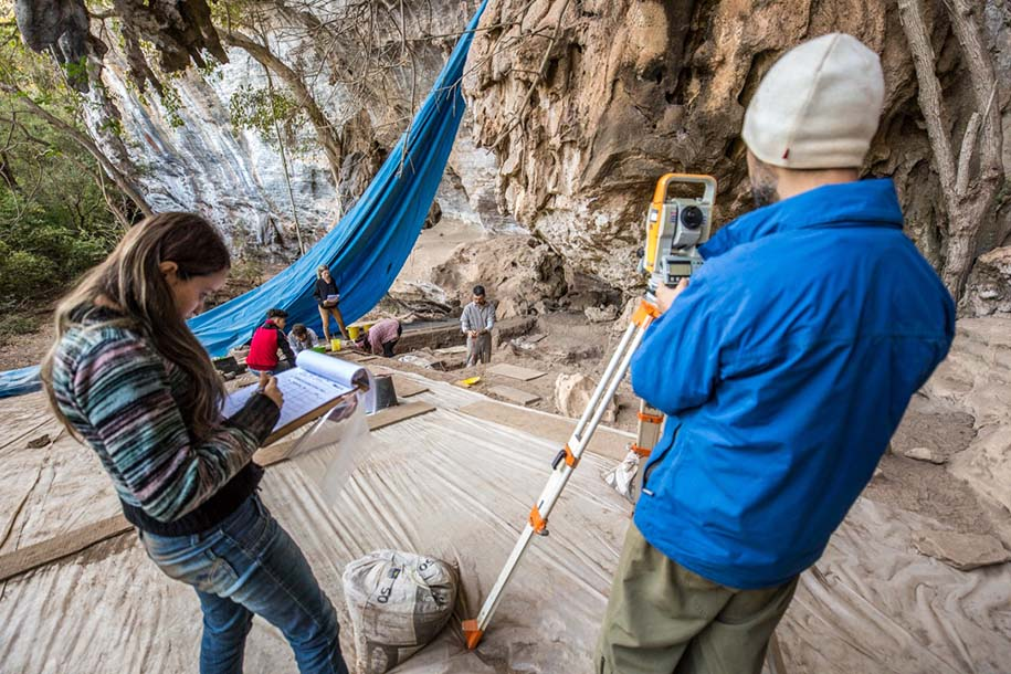 pesquisadores coletam dados em escavação arqueológica