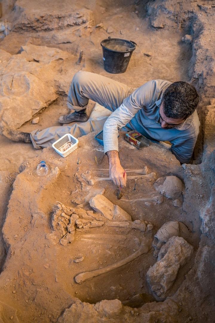 escavação de sepultamento duplo na Lapa do Santo