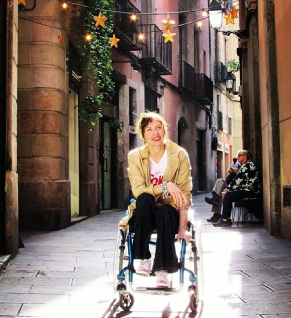 cadeirante na rua em barcelona