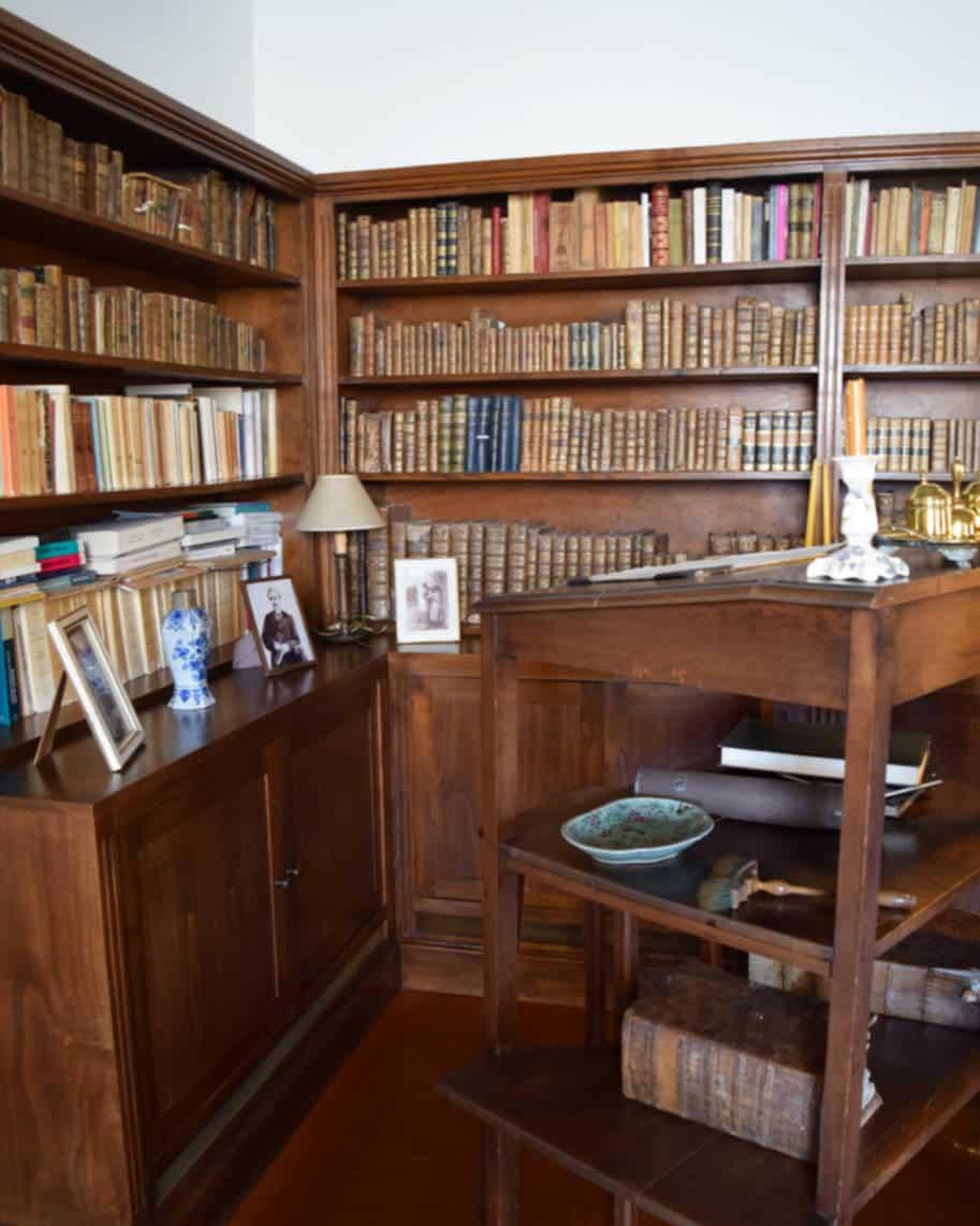 escrivaninha e livros eca de queiroz