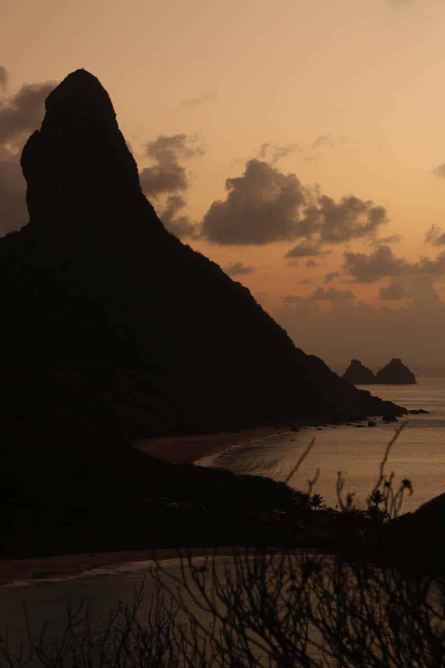 Morro do Pico e dois irmãos no pôr do sol, visto do Forte dos Remédios