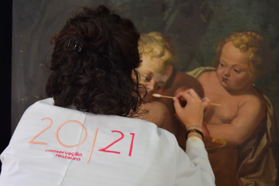mulher trabalha com restauracao e conserva 2021