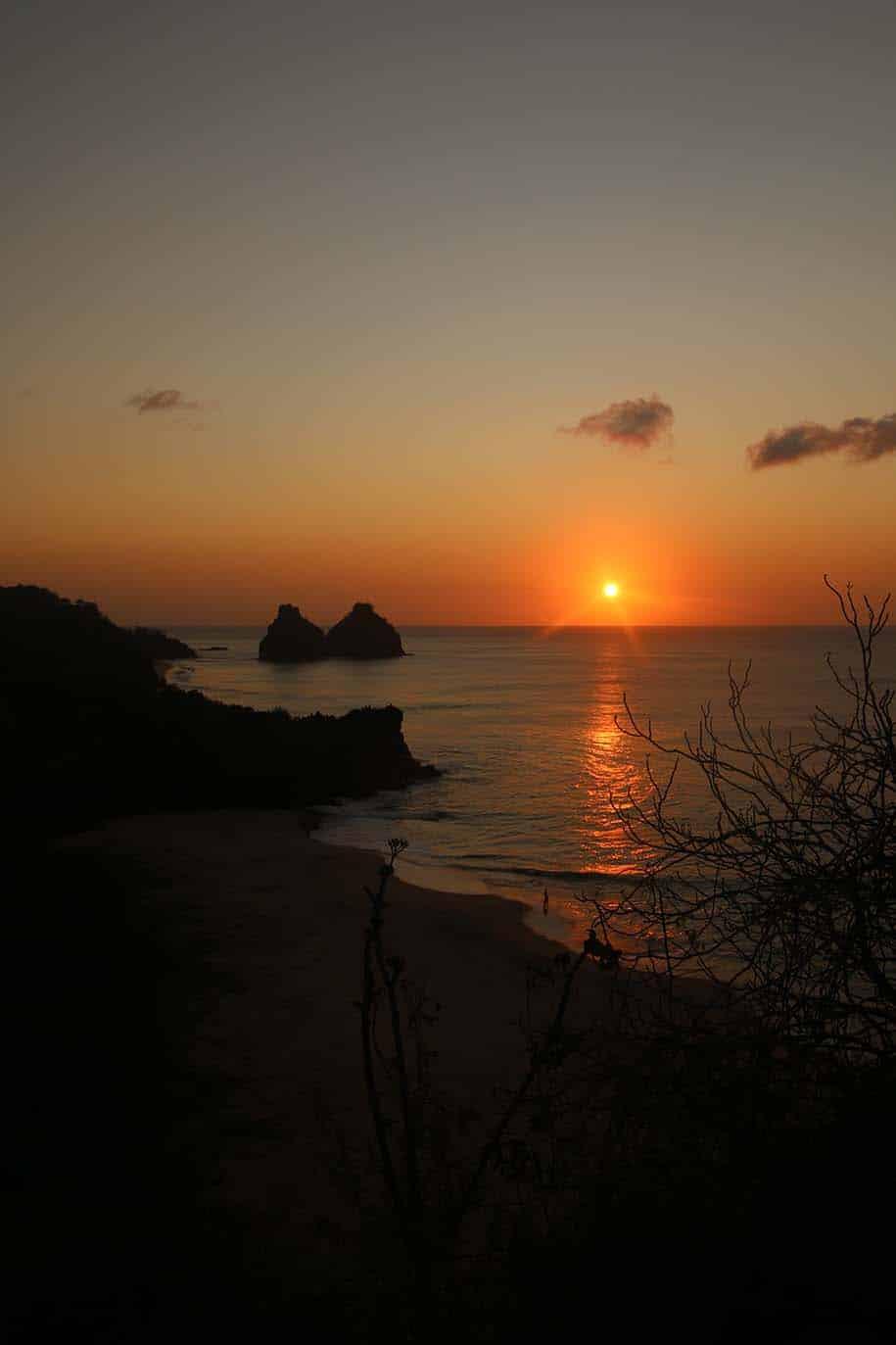 vista do forte do boldró na hora do pôr do sol, com mar, praia e morro dois irmãos