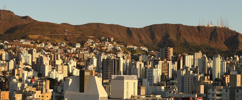 Belo Horizonte, com vista para os prédios e a Serra do Curral