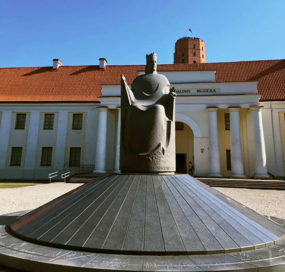 estatua rei caralius em frente ao museu nacional vilnius lituania