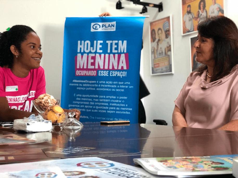 duas mulheres sentadas conversando plan international