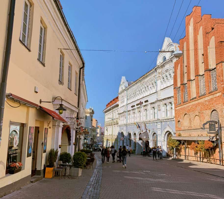 rua em vilnius lituania centro historico