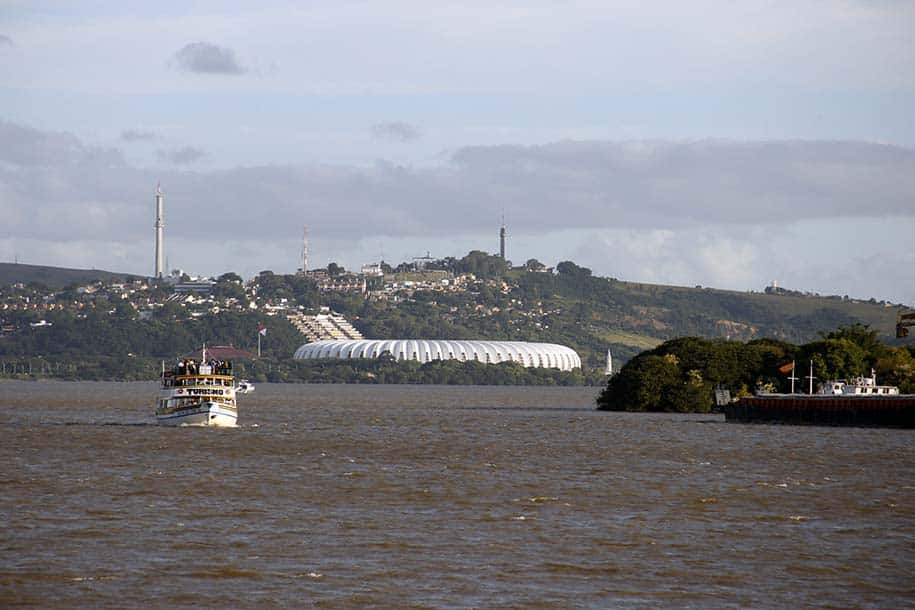 passeio de barco em porto alegre, com vista para o beira-rio