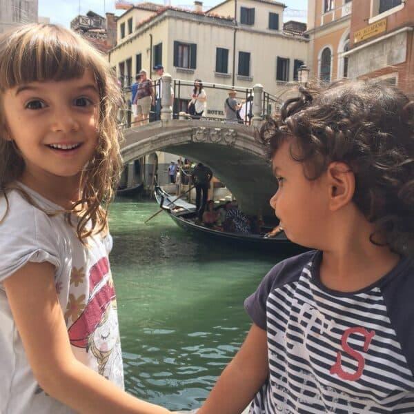 crianças dia veneza