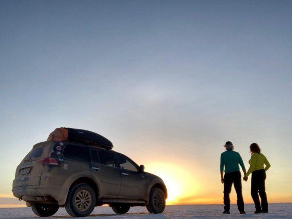 viajantes maiores de 60 casal por do sol deserto