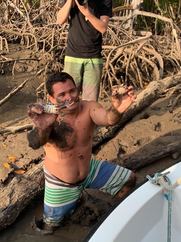 mangue homem catando caranguejo piaui