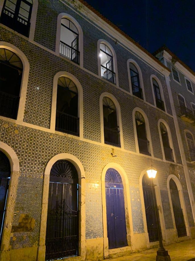 casarão são luís azulejos portugueses a noite