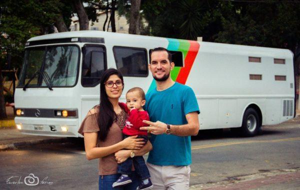 familia em frente ao motorhome, na rua