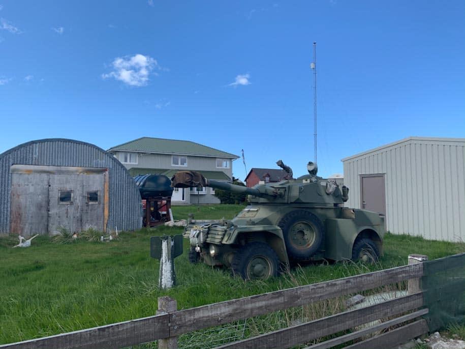canhão guerra de 1982 no quintal de casa em stanley