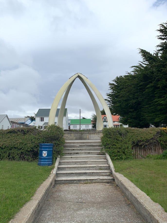 monumento na porta da igreja de stanley, nas ilhas malvinas