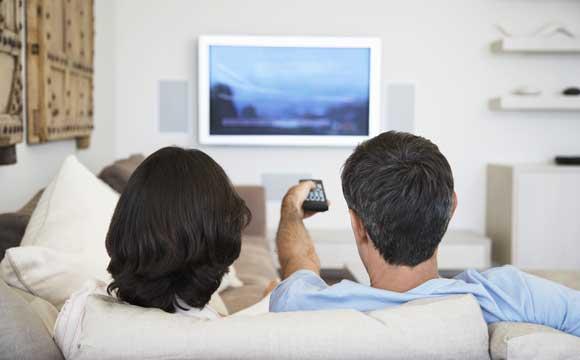 serviços gratuitos coronavírus casal vendo tv