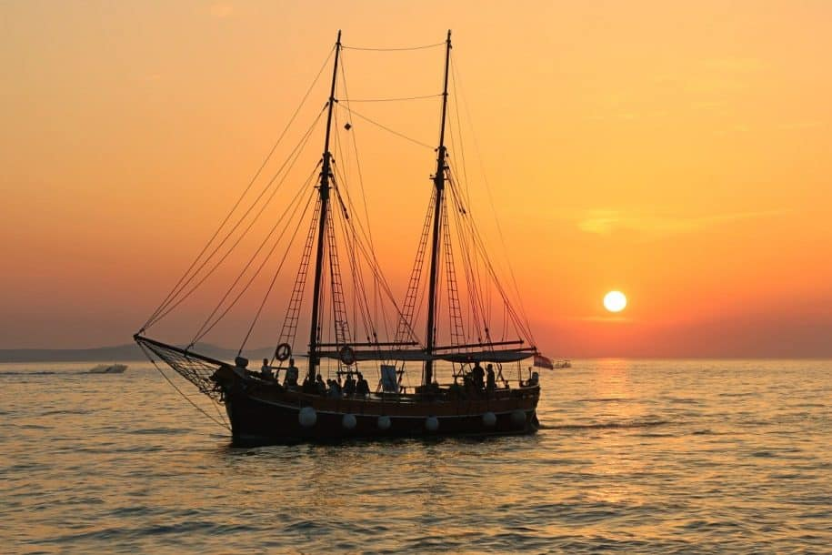 navio barco por do sol mar laranja