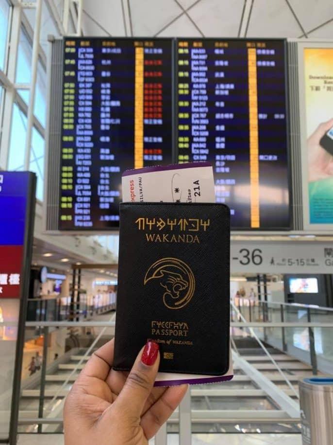 no mundo da paula capa de passaporte wakanda aeroporto