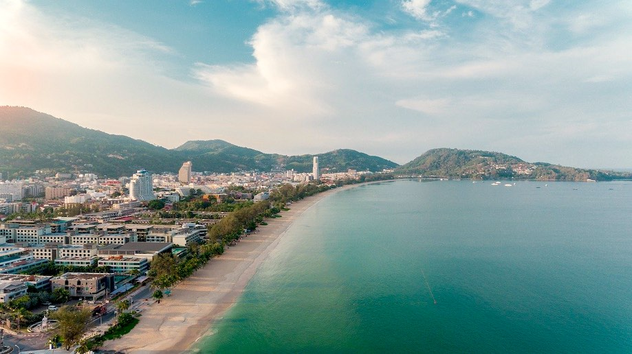 Onde ficar em Phuket: vista aérea de Patong Beach