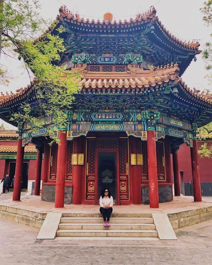 templo mulher negra sentada na escada em pequim