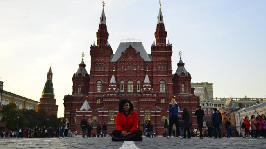 paula sentada monumento russia