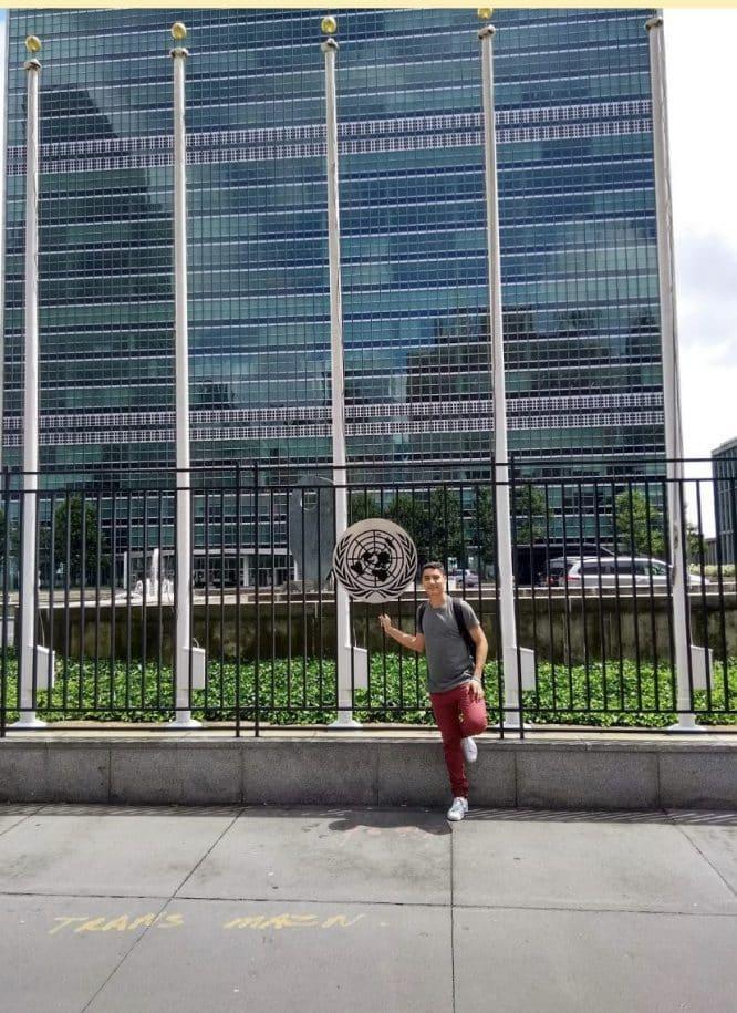 parado na porta do prédio da ONU intercambio rio eua