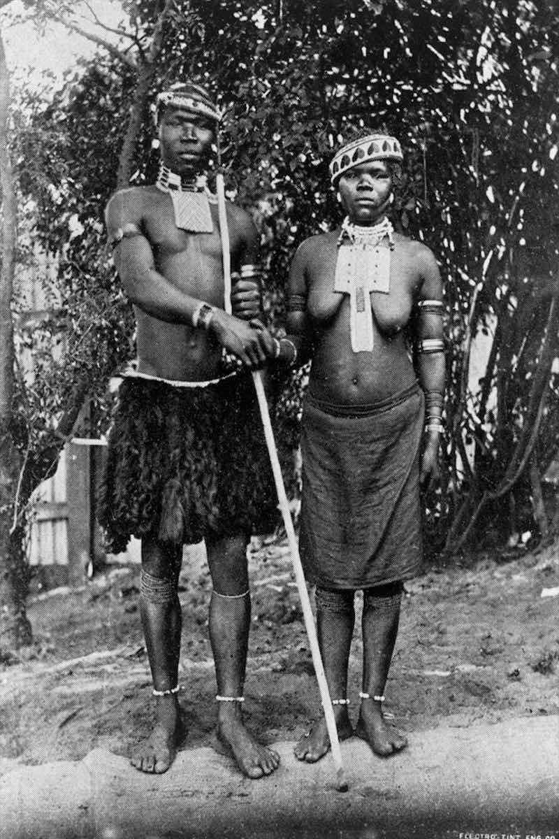 Zoológicos Humanos - Casal de noivos da etnia zulu posa lado a lado em uma jaula em Paris, 1896