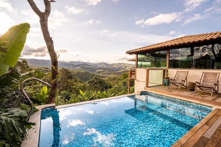 casa com piscina e jacuzzi em macacos