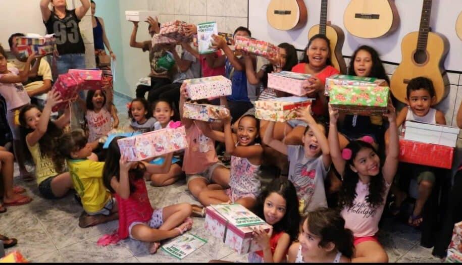 crianças recebem presentes de natal caixa de sapato