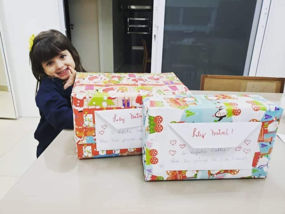 criança doação caixa de sapatos natal Projeto Caixa de Sapato