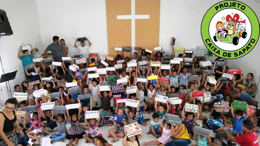 crianças recebendo presentes de natal