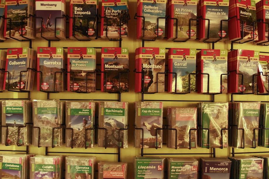 Guias de viagem em uma livraria