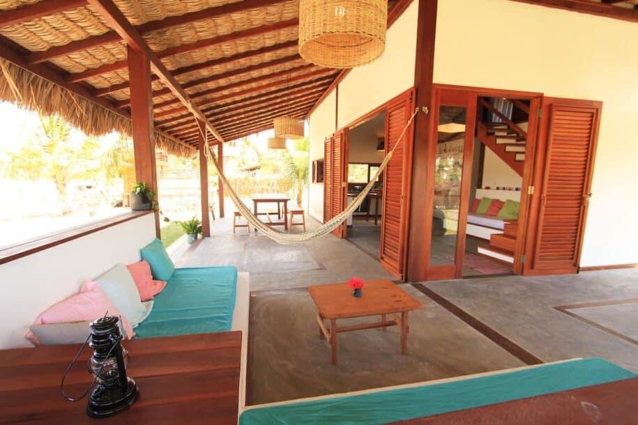 varanda com sofás em casa ampla em atins nos airbnb lençóis maranhenses