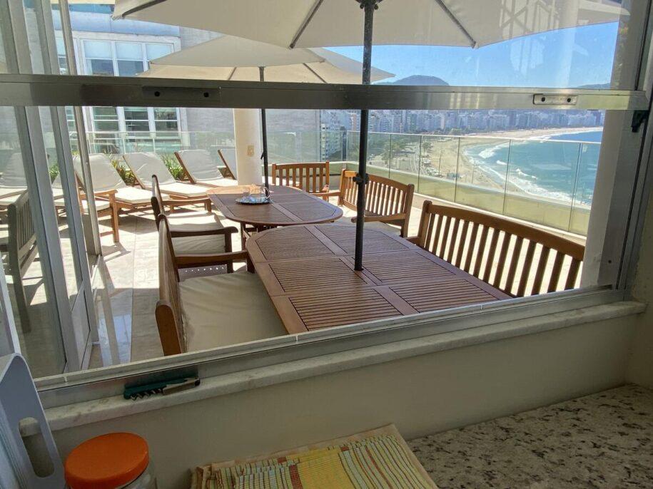 vista da cobertura na praia de copacabana booking airbnb rio de janeiro